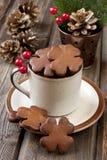 Pan de jengibre de la Navidad en taza de cerámica Fotografía de archivo libre de regalías