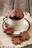 Pan de jengibre de la Navidad en taza de cerámica Imagen de archivo libre de regalías