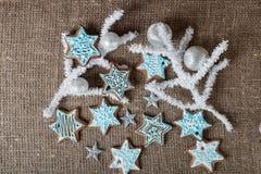 Pan de jengibre de la Navidad y decoración coloridos de la Navidad en un fondo marrón foto de archivo