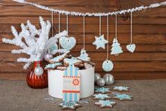 Pan de jengibre de la Navidad y decoración coloridos de la Navidad en un fondo marrón imagen de archivo