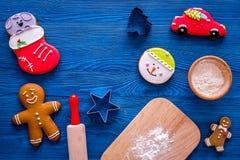 Pan de jengibre del cocinero por el Año Nuevo 2018 Hombre de pan de jengibre, rodillo, harina en copyspace de madera azul de la o Imágenes de archivo libres de regalías