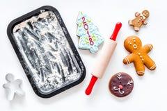 Pan de jengibre del cocinero por el Año Nuevo 2018 Hombre de pan de jengibre, rodillo, harina en la maqueta blanca de la opinión  Imagenes de archivo