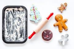 Pan de jengibre del cocinero por el Año Nuevo 2018 Hombre de pan de jengibre, rodillo, harina en la maqueta blanca de la opinión  Fotografía de archivo