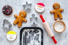 Pan de jengibre del cocinero por el Año Nuevo 2018 Hombre de pan de jengibre, rodillo, harina en la mofa de piedra de la opinión  Imagen de archivo libre de regalías