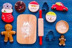 Pan de jengibre del cocinero por el Año Nuevo 2018 Hombre de pan de jengibre, rodillo, harina en la opinión superior del fondo de Fotos de archivo libres de regalías