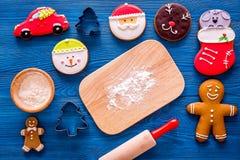 Pan de jengibre del cocinero por el Año Nuevo 2018 Hombre de pan de jengibre, rodillo, harina en la opinión superior del fondo de Fotos de archivo