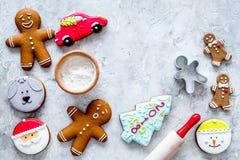 Pan de jengibre del cocinero por el Año Nuevo 2018 Hombre de pan de jengibre, rodillo, harina en la opinión superior del fondo ne Imágenes de archivo libres de regalías