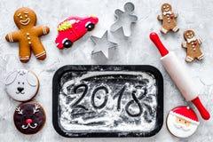 Pan de jengibre del cocinero por el Año Nuevo 2018 Hombre de pan de jengibre, rodillo, harina en la opinión superior del fondo de Fotografía de archivo libre de regalías