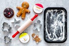 Pan de jengibre del cocinero por el Año Nuevo 2018 Hombre de pan de jengibre, rodillo, harina en maqueta negra de la opinión supe Imagen de archivo