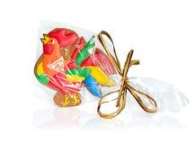 Pan de jengibre del gallo en el embalaje transparente con un arco Foto de archivo
