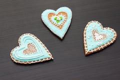Pan de jengibre el día de tarjeta del día de San Valentín Imagenes de archivo