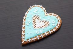 Pan de jengibre el día de tarjeta del día de San Valentín Imagen de archivo libre de regalías
