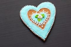 Pan de jengibre el día de tarjeta del día de San Valentín Imágenes de archivo libres de regalías