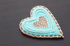 Pan de jengibre el día de tarjeta del día de San Valentín Fotografía de archivo