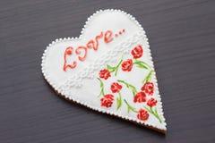 Pan de jengibre el día de tarjeta del día de San Valentín Foto de archivo