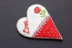Pan de jengibre el día de tarjeta del día de San Valentín Imagen de archivo