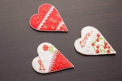 Pan de jengibre el día de tarjeta del día de San Valentín Fotos de archivo