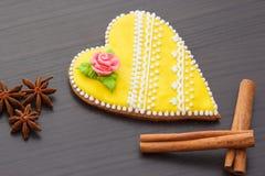 Pan de jengibre el día del ` s de la tarjeta del día de San Valentín Fotos de archivo libres de regalías