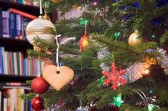 Pan de jengibre en el árbol de navidad imagen de archivo libre de regalías