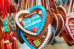 Pan de jengibre en forma de corazón tradicional para la Navidad Fotos de archivo