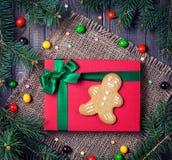 Pan de jengibre en la caja de regalo roja en la Navidad Foto de archivo libre de regalías