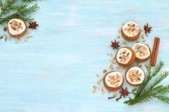 Pan de jengibre fragante de Honey Christmas con el esmalte, las nueces y las semillas Imagen de archivo