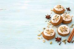 Pan de jengibre fragante de Honey Christmas con el esmalte, las nueces y las semillas Foto de archivo libre de regalías