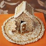 Pan de jengibre hecho en casa adornado con la formación de hielo Fotos de archivo