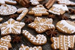 Pan de jengibre hecho en casa de la Navidad en un fondo de madera con anís y la almendra de estrella Imagen de archivo libre de regalías