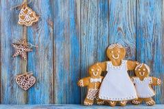 Pan de jengibre, hombres de pan de jengibre en el fondo de madera azul, tarjeta de felicitación de la plantilla Imágenes de archivo libres de regalías