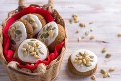 Pan de jengibre de la Navidad con el esmalte, las nueces y las semillas en una cesta Imagen de archivo