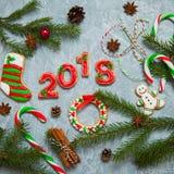 Pan de jengibre 2018 de la tarjeta de felicitación del fondo del Año Nuevo de la Navidad Imagen de archivo libre de regalías