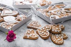 Pan de jengibre de los corazones de las galletas de Sweeet con las flores Imágenes de archivo libres de regalías
