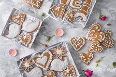 Pan de jengibre de los corazones de las galletas de Sweeet con las flores Imagen de archivo