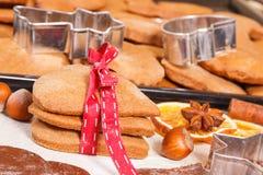 Pan de jengibre o galletas por tiempo de la Navidad y accesorios cocidos frescos para cocer Imagen de archivo libre de regalías