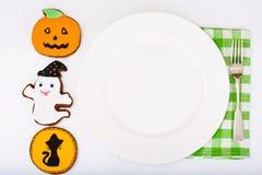 Pan de jengibre para Halloween con la placa blanca vacía y lugar para Y Fotos de archivo