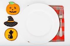 Pan de jengibre para Halloween con la placa blanca vacía y lugar para Y Foto de archivo