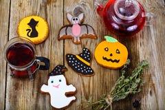 Pan de jengibre para Halloween con té rojo Comida divertida del día de fiesta para C Imágenes de archivo libres de regalías