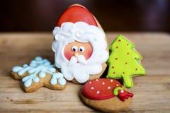 Pan de jengibre Santa Claus, árbol de pino verde y estrella azul Imagen de archivo