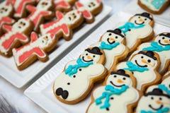 Pan de jengibre y galletas en la forma de un muñeco de nieve y de Santa Claus Fotografía de archivo libre de regalías