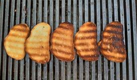 Pan de la barbacoa en la parrilla Pan frito delicioso para la tostada fotografía de archivo