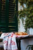 Pan de la boda de la pasta de la harina de trigo adornada con las flores Fotos de archivo libres de regalías