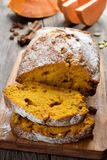 Pan de la calabaza con la pasa Imagen de archivo libre de regalías