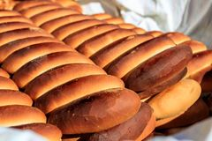 Pan de la panadería en una cesta en las calles en El Salvador, America Central foto de archivo libre de regalías