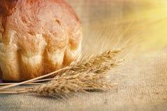 Pan de la panadería y gavilla de oídos del trigo Aún-vida Imagen de archivo libre de regalías