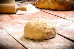 Pan de la pasta en la tabla de madera Fotos de archivo