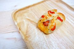 Pan de la salchicha con la salsa de tomate en madera del plato Fotografía de archivo