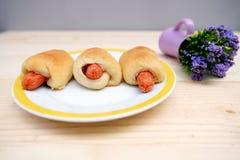 Pan de la salchicha en plato Fotografía de archivo