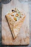 Pan de la tortilla con diversas verduras dentro Imagen de archivo libre de regalías