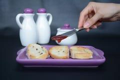 Pan de la tostada con el atasco para el desayuno Foto de archivo libre de regalías
